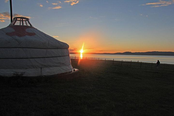 ウギー湖に沈む夕日.jpg