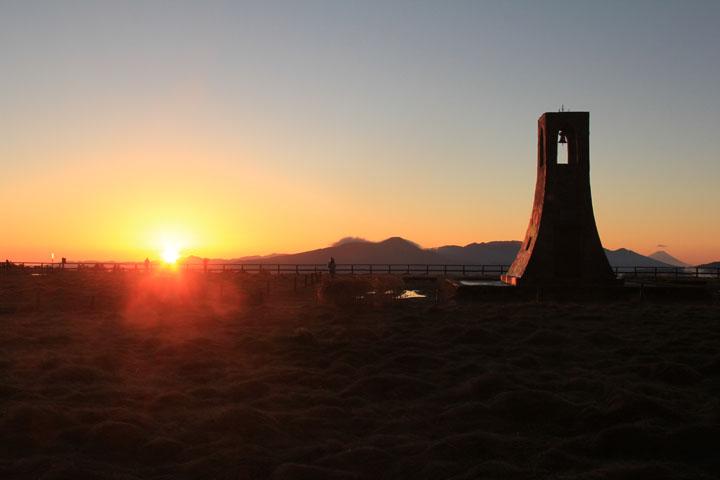 美しの塔と日の出.jpg